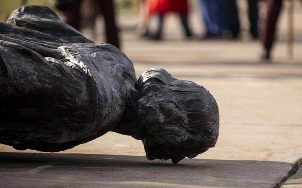 कोलम्बस की मूर्ति को मिनेसोटा में गिरा दिया गया, जिसके बारे में दावा किया जाता रहा है कि उसने अमेरिका को 'ढूंढ निकाला'