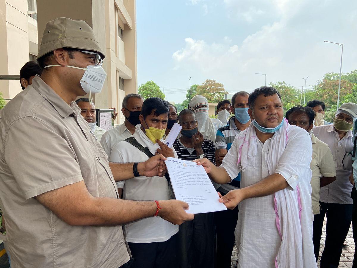 सहायक श्रम आयुक्त कोे मजदूरों का ज्ञापन सौपतें कांग्रेस विधायक नीरज शर्मा