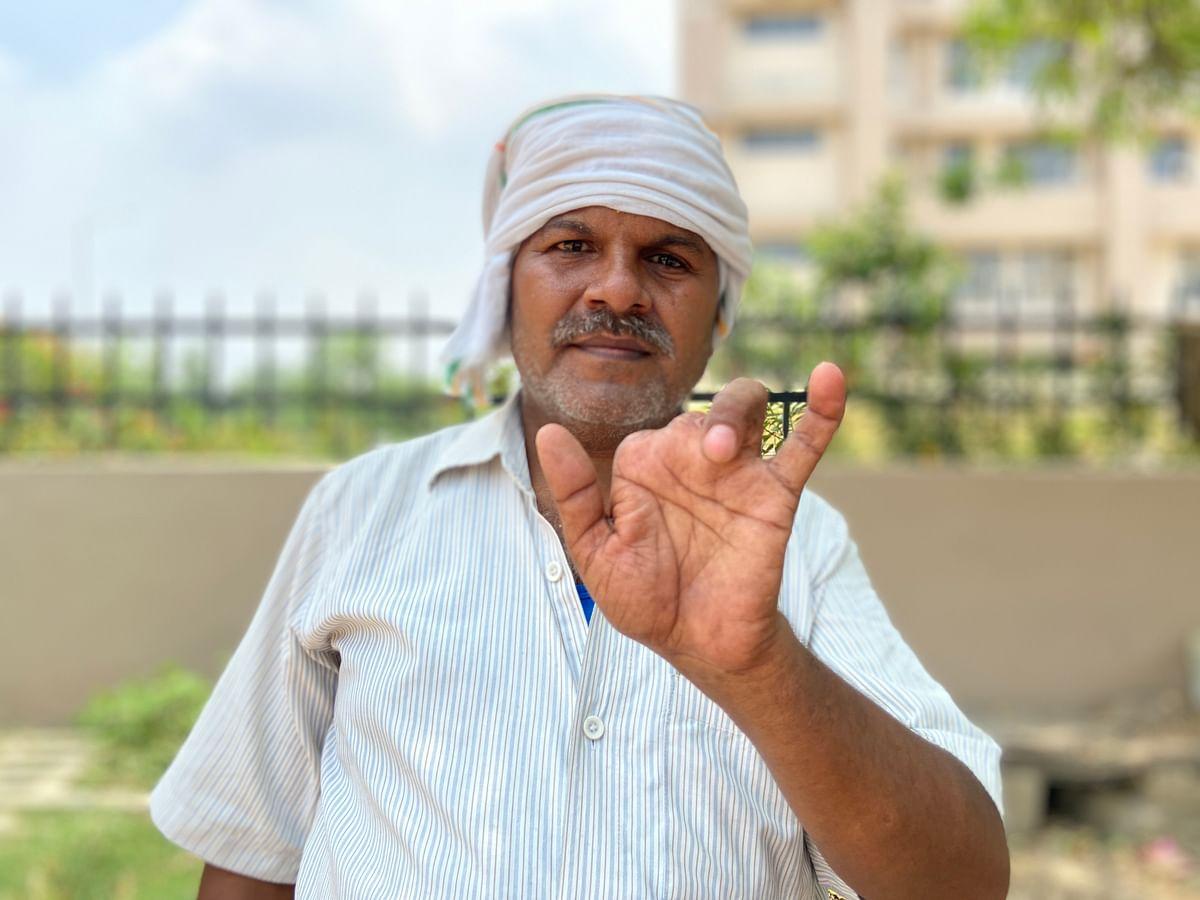 राजवीर सिंह की दो उंगलियां 2007 में कट गई और एक टेढ़ी हो गई है