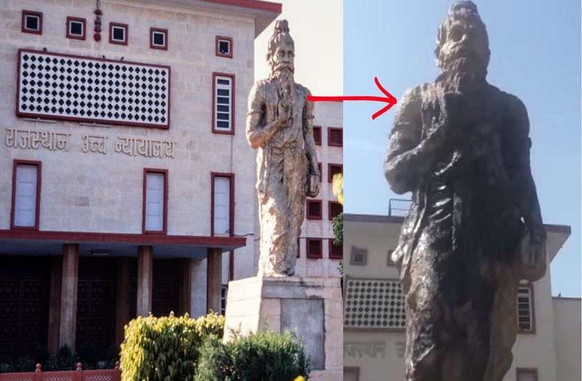 महाराष्ट्र के अम्बेडकरवादी आन्दोलन से सम्बद्ध दो जुझारू महिलाओं ने मूर्ति पर काला रंग डाला था