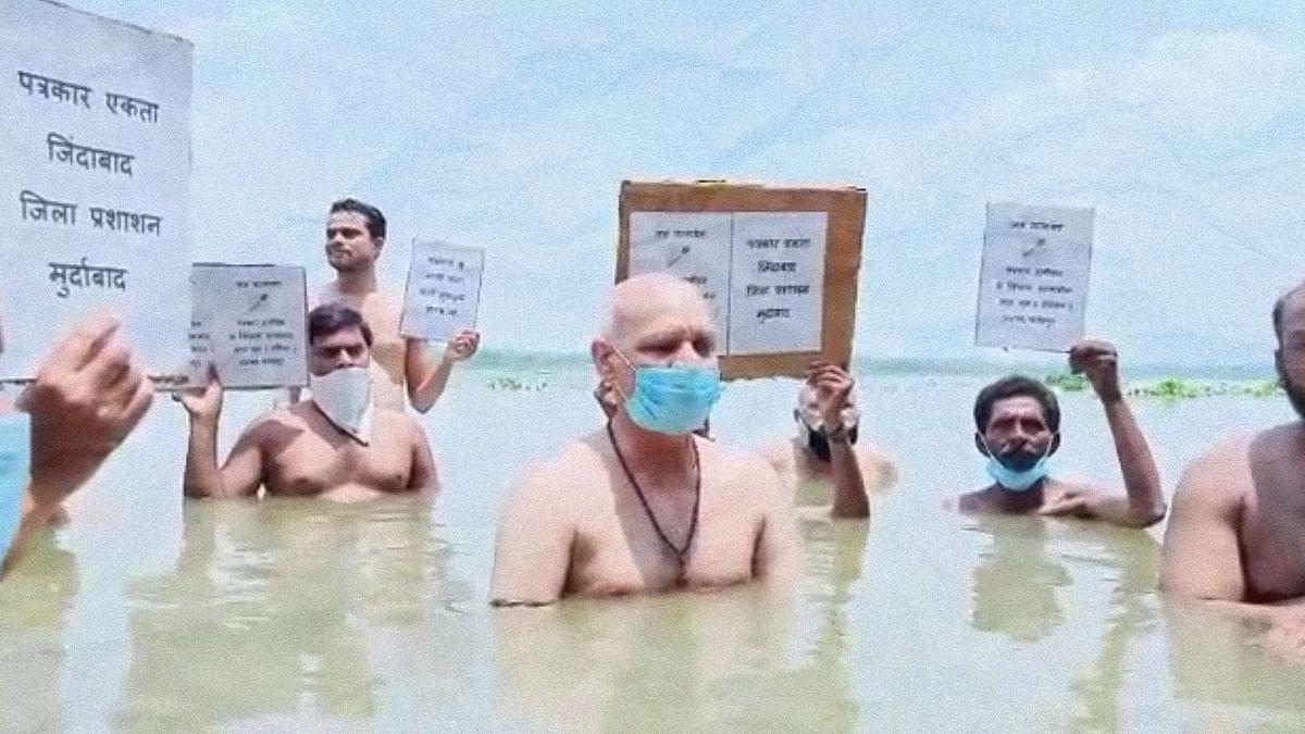 अब उत्तर प्रदेश में प्रशासन से परेशान पत्रकारों ने पकड़ा जल सत्याग्रह का रास्ता
