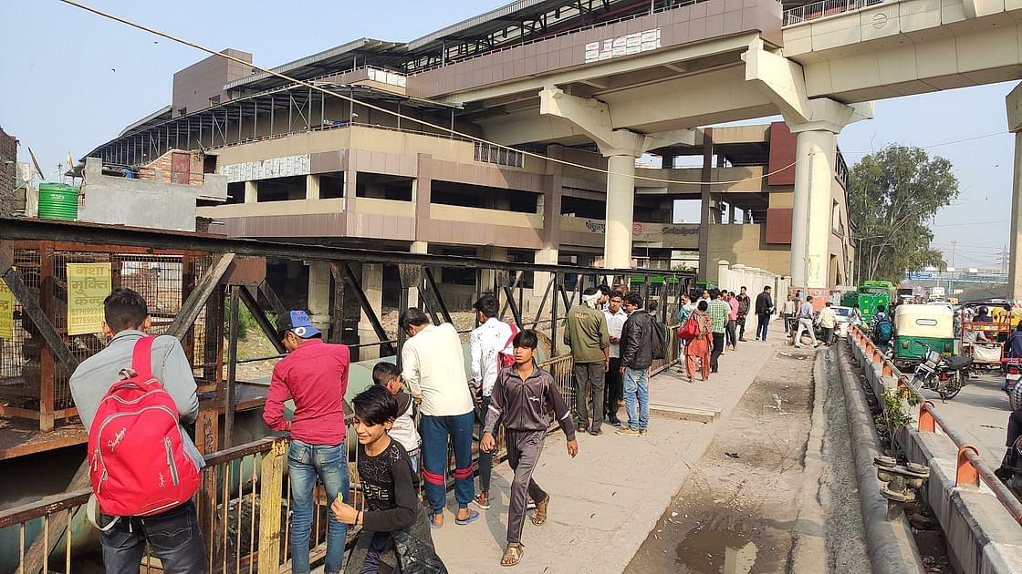मार्च को गोकुलपुरी नाले से लाश को बाहर निकाले जाने के बाद भीड़ लग गई.