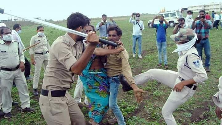 राजकुमार के भाई और मां को  मारती पुलिस