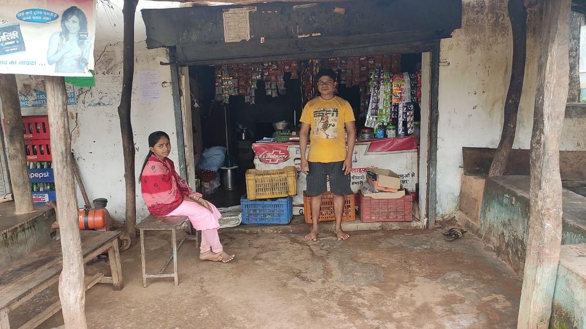 गंगा कोडोपी अपने चाय- नाश्ते के होटल पर