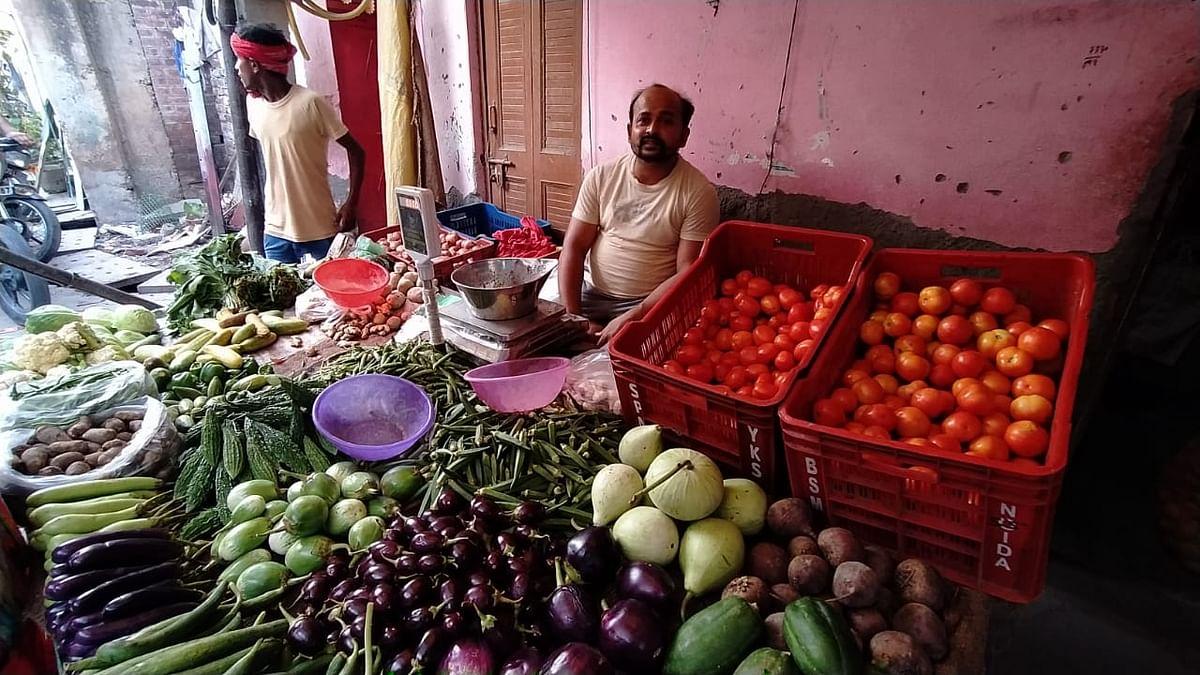 राम इक़बाल अन्ना नगर में बीते 15 सालों से सब्जी की दुकान लगा रहे है. झुग्गी तोड़े जाने के आदेश के बाद इनकी चिंता बढ़ गई.