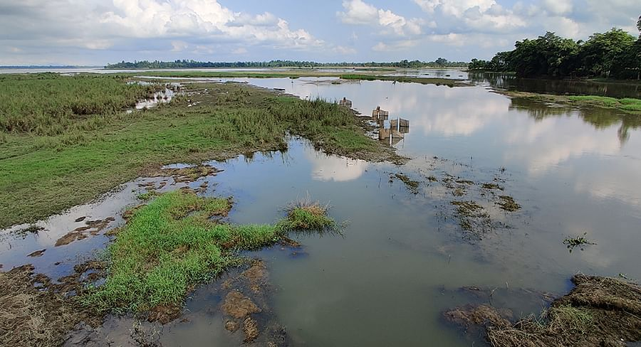 Residents of Natun Gaon say that the oil condensate and sound pollution have killed the fish in the beel