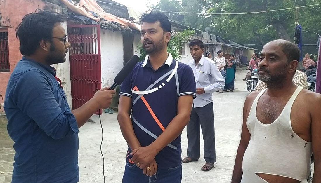 न्यूजलॉन्ड्री से बात करते शशिभूषण कुमार और उनके बगल में खड़े हैं राम विनोद प्रसाद