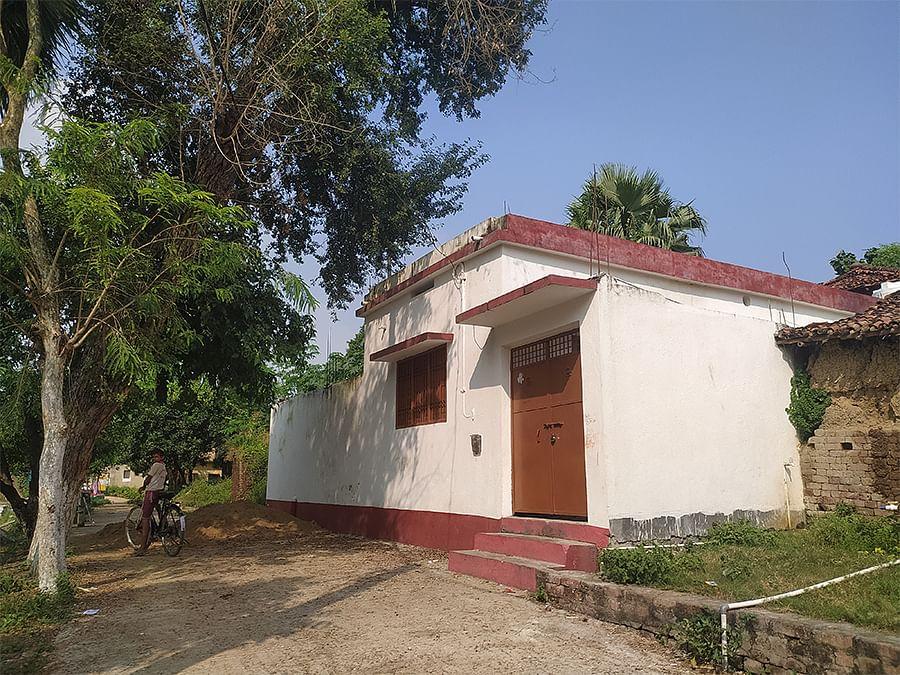 गांव में बना नीतीश कुमार का घर. यहां कोई नहीं रहता है.