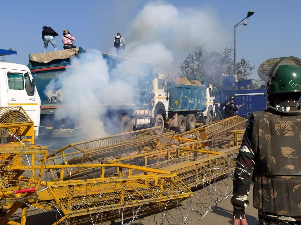 अन्नदाता की हवा में उठती बंद मुट्ठियों ने तय कर लिया है कि अब तानाशाही से पीछे नहीं हटेंगे