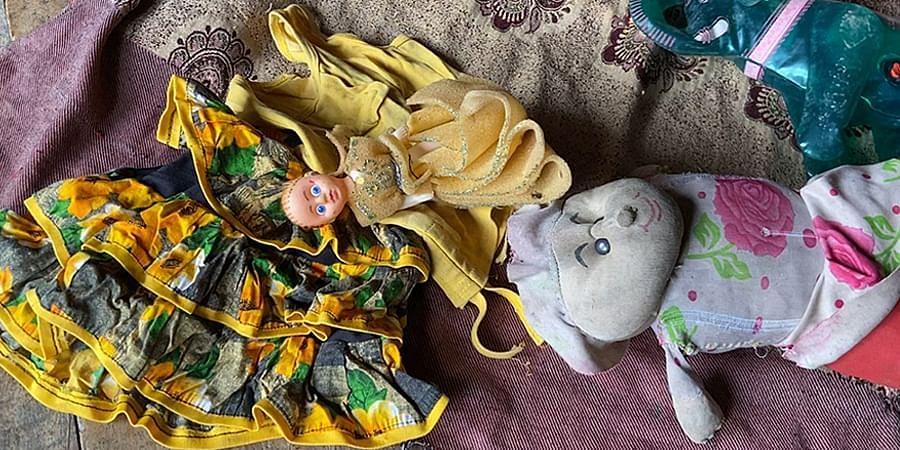 नित्या के कपड़े और खिलौने