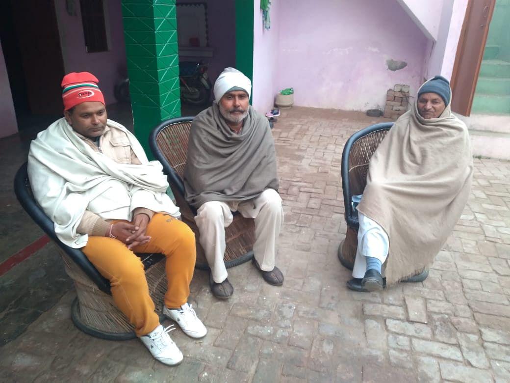 बांए बैठे ग्राम प्रधान सुशील कुमार