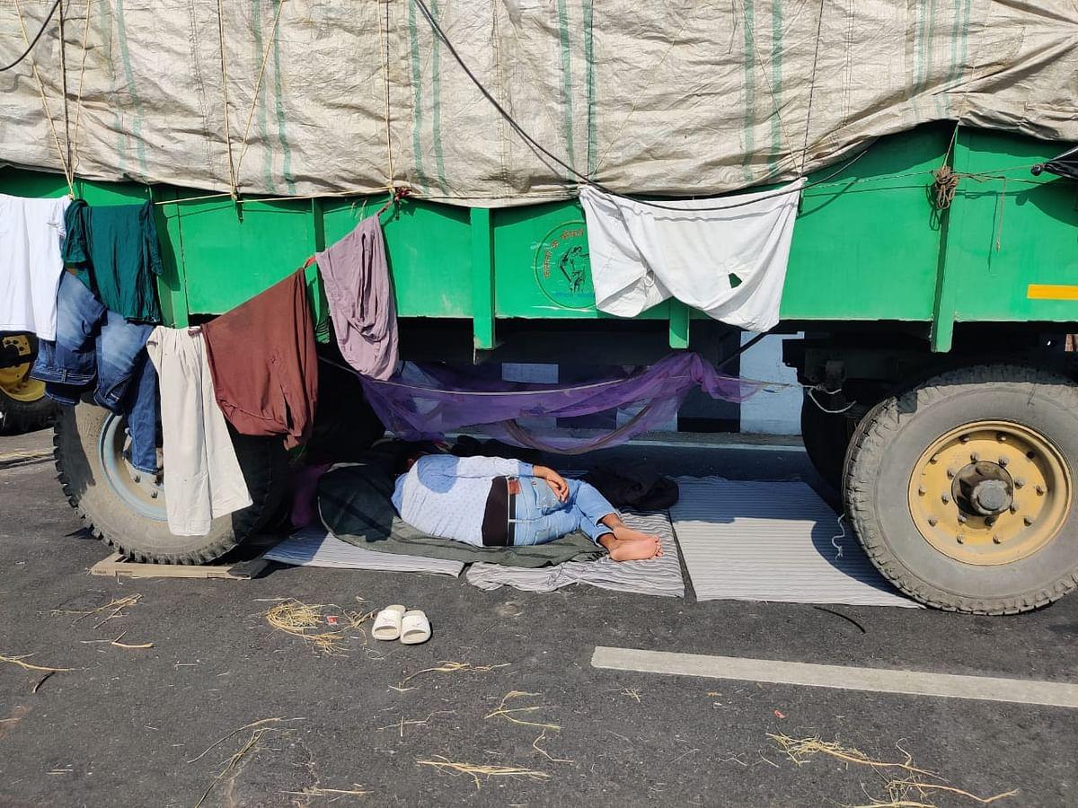 गाजीपुर बॉर्डर पर ट्राली के नीचे सोता किसान