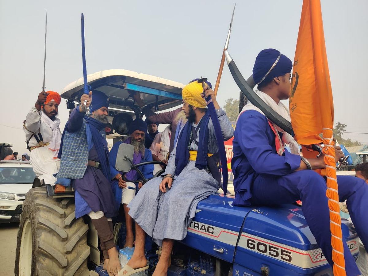 सिंघु बॉर्डर पर ट्रैक्टर पर सवार आंदोलनकारी