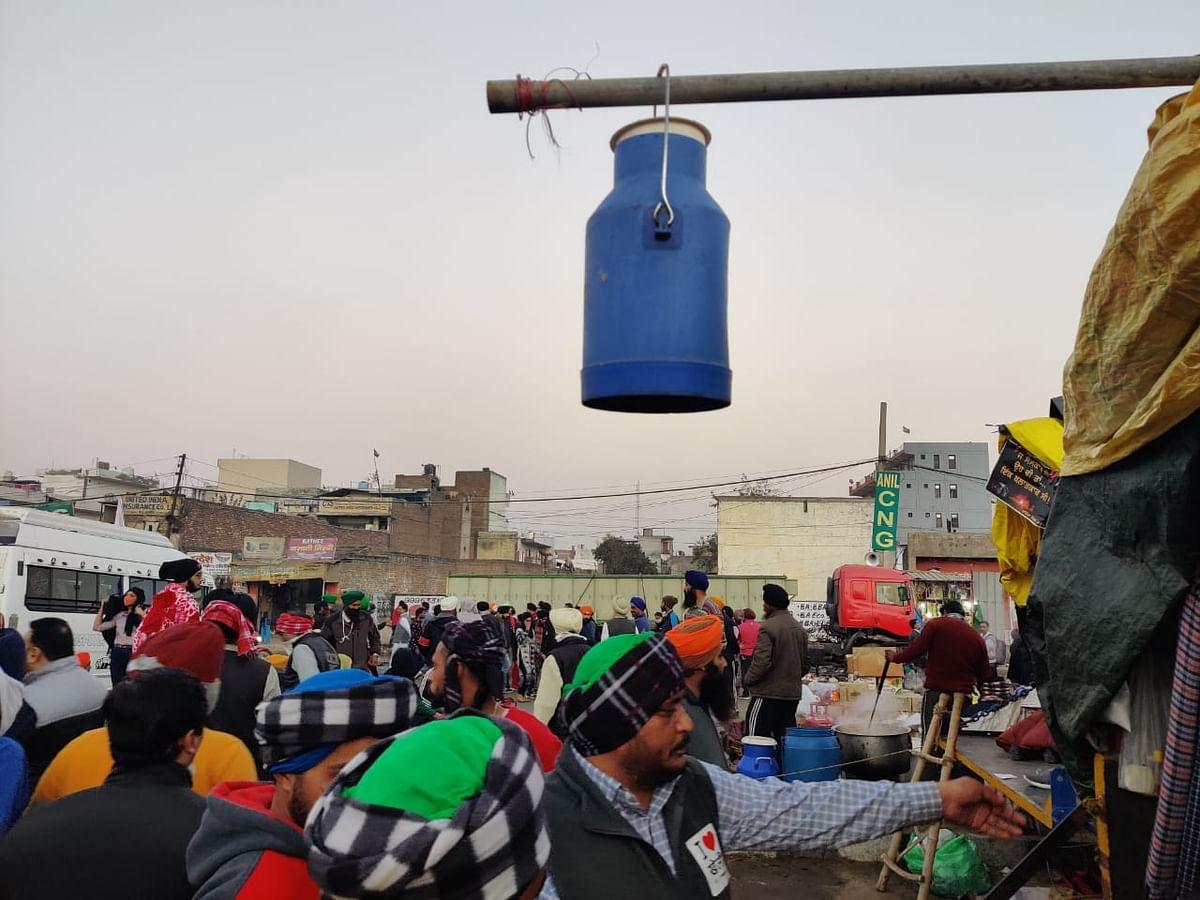 सिंघु बॉर्डर पर दूध की कैन
