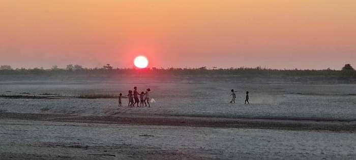 जापांग के बच्चे रेतीली जमीन पर खेलते हुए, यहां साल में चार महीने पानी भरा रहता है