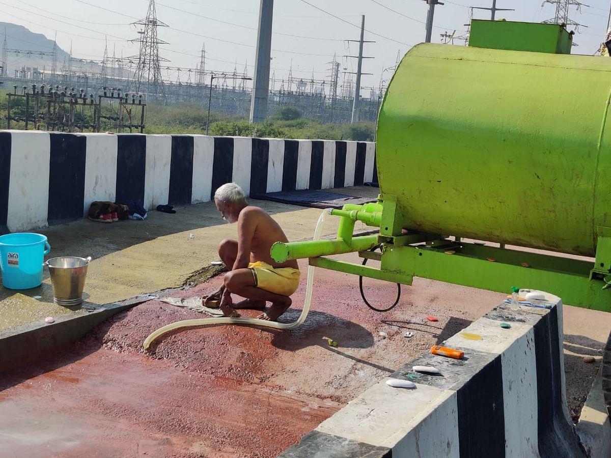 गाजीपुर बॉर्डर पर किसानों के लिए लगा पानी का टैंक