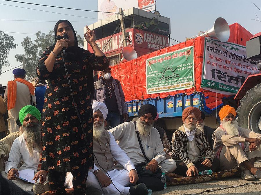 Social activist Ramandeep Kaur addressing the protest at Singhu.