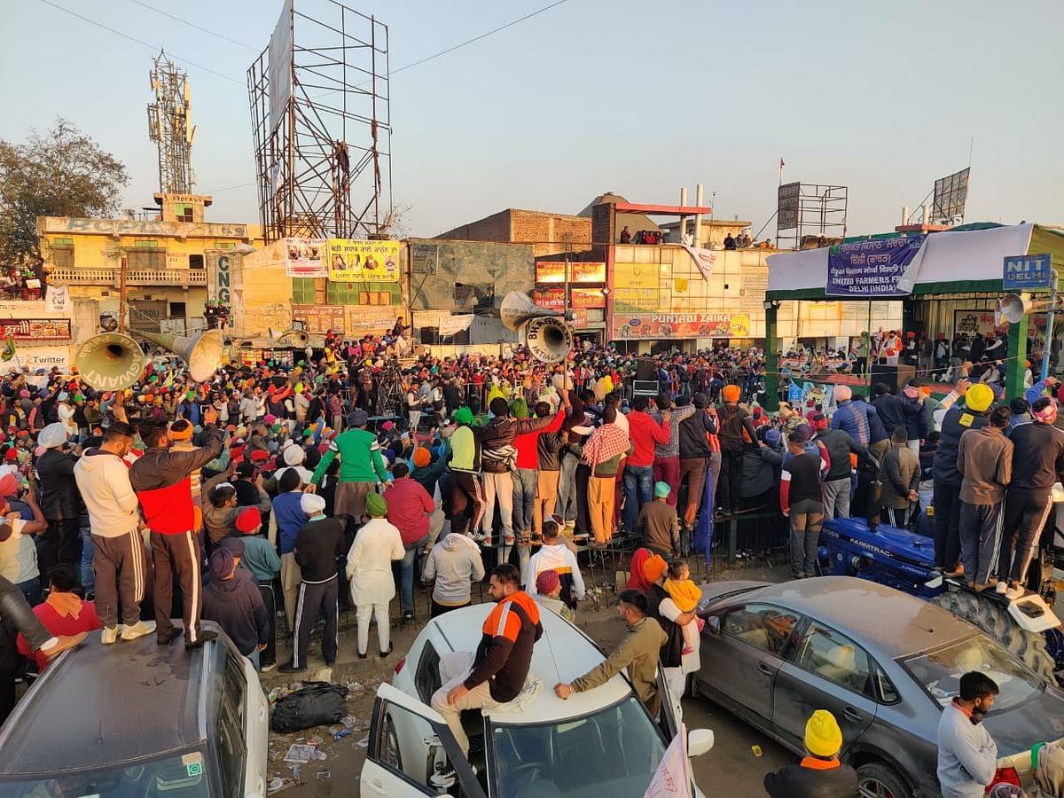 सिंघु बॉर्डर पर कृषि कानूनों के खिलाफ एकजुट हुए किसान