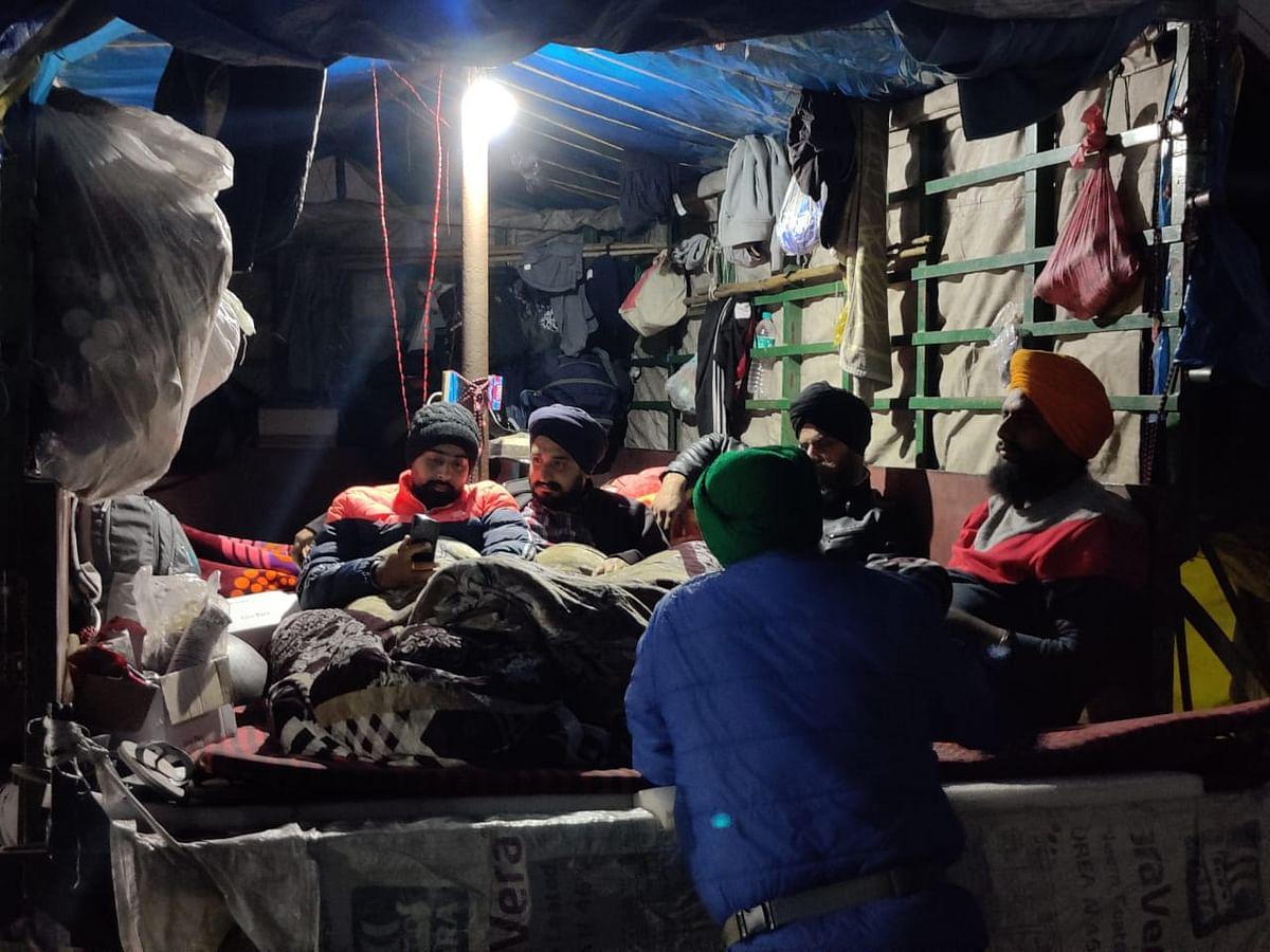सिंघु बॉर्डर पर सोने से पहले ट्राली में वार्ता करते किसान