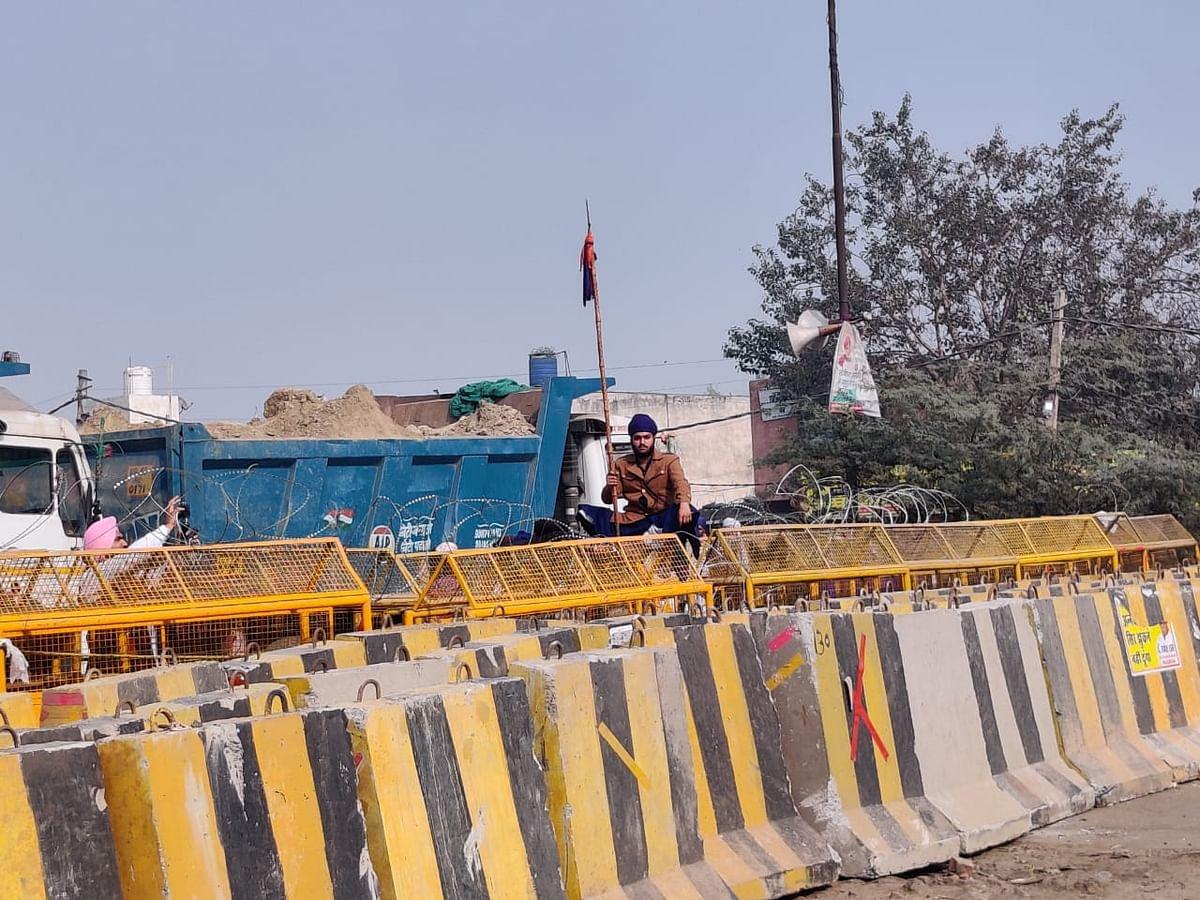 सिंघु बॉर्डर पर इसी बैरिकेटिंग के एक तरफ किसान हैं और दूसरी तरफ पुलिस फोर्स तैनात है.