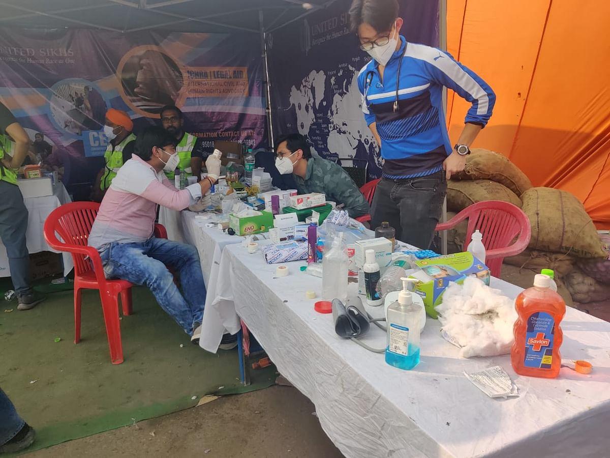 मेडिकल कैंप पर डॉक्टरों की टीम