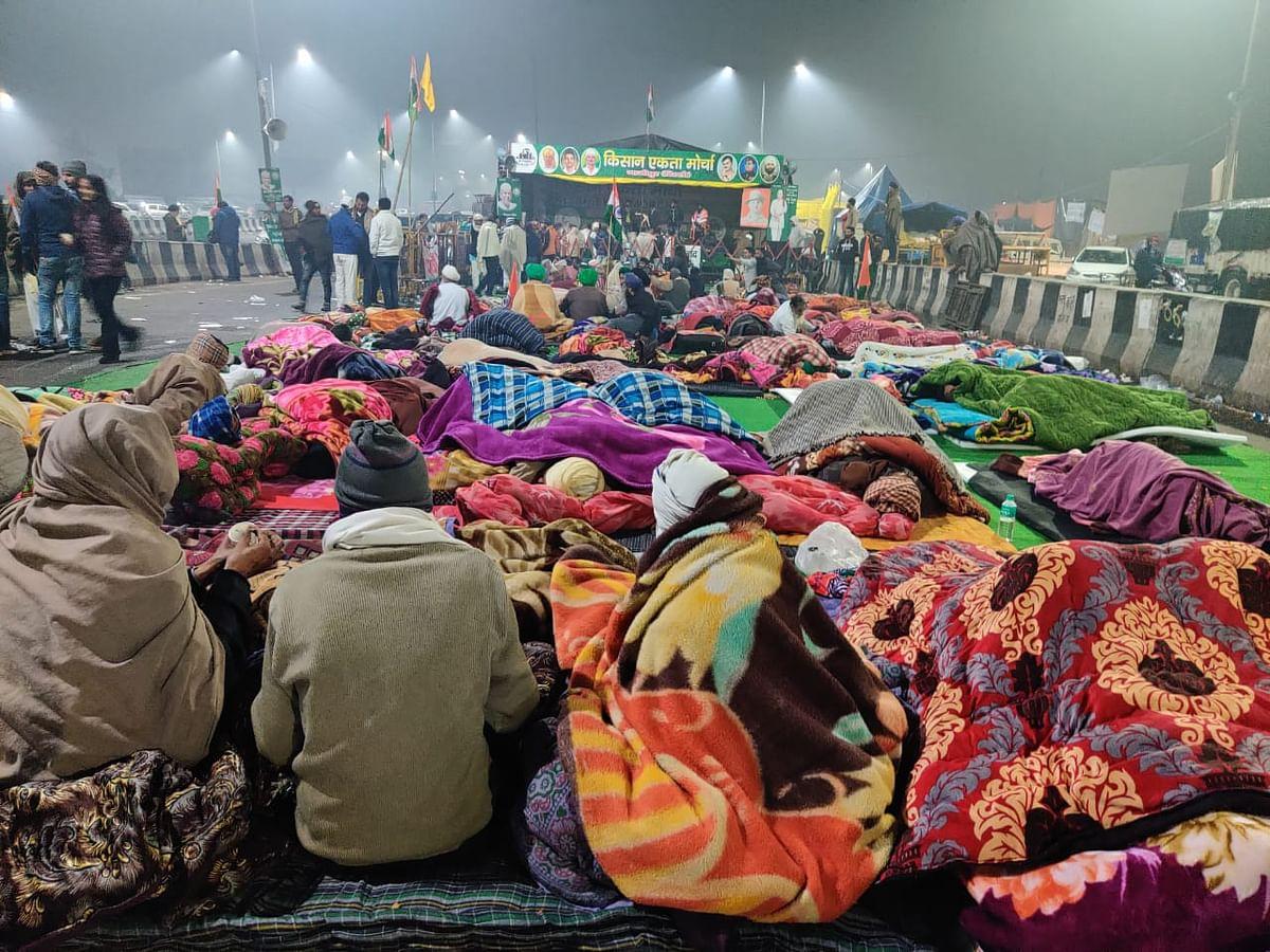 धरना स्थल पर खुले आसमान के नीचे सोते लोग