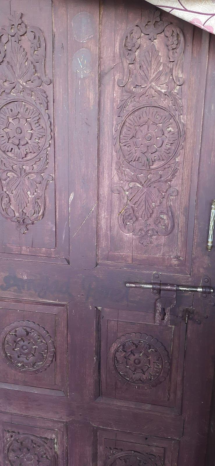 दरवाजे और परदों पर तलवार के निशान