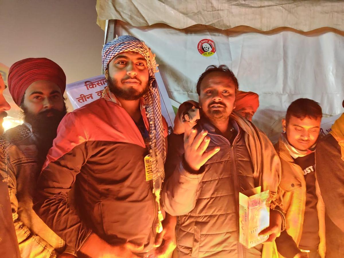 गले में चादर डाले अरशद के साथ गुरविंदर सिंह