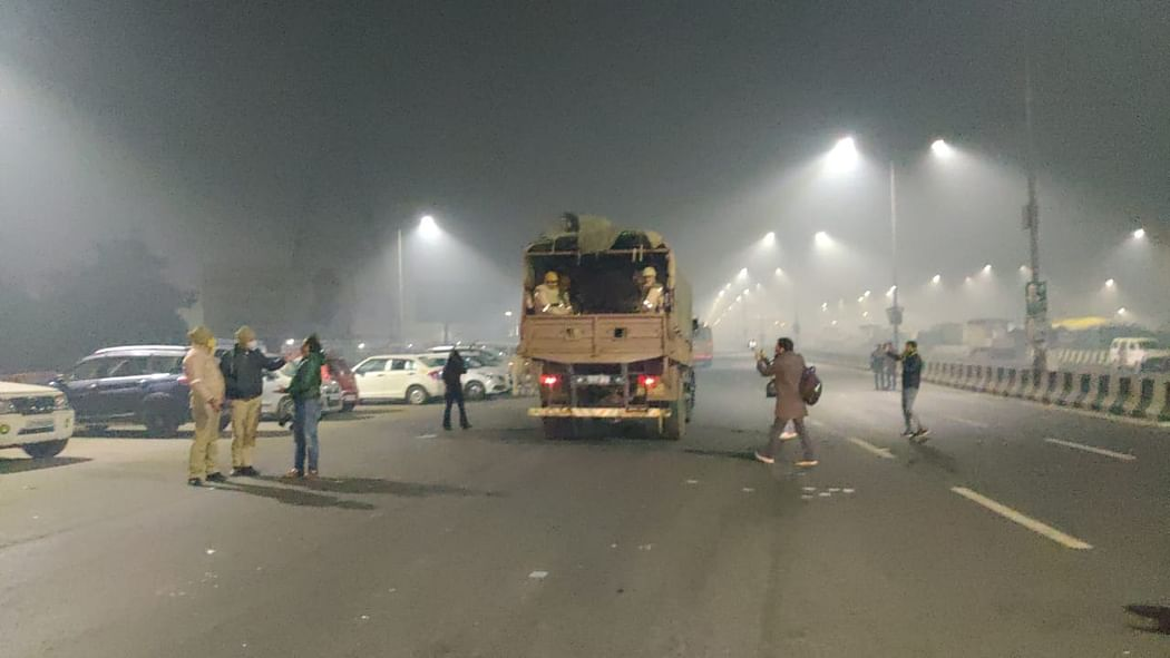 रात के करीब एक बजे प्रदर्शन स्थल से वापस लौटते पुलिस के वाहन