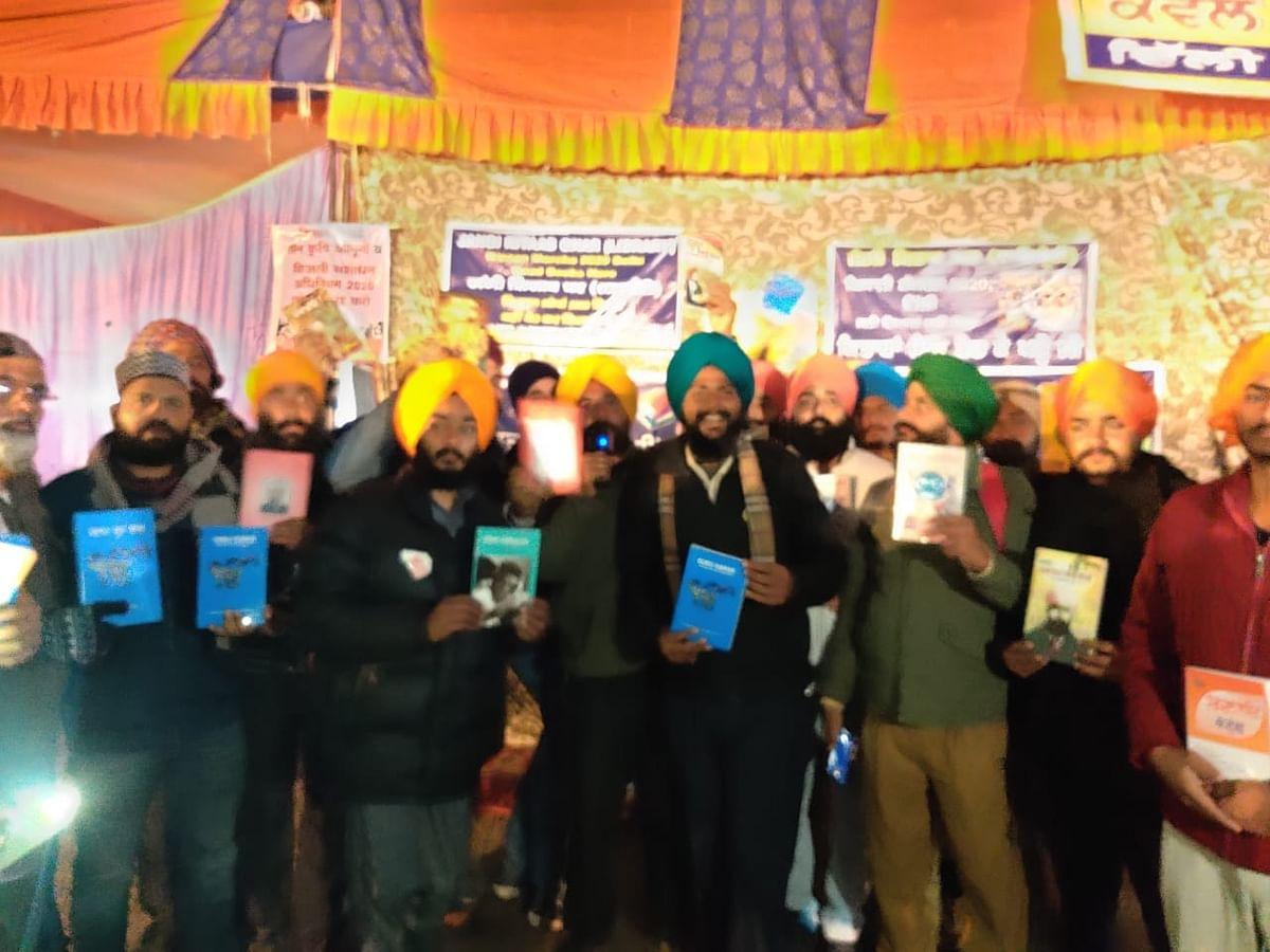 किसानों को बांटी गईं किताबें