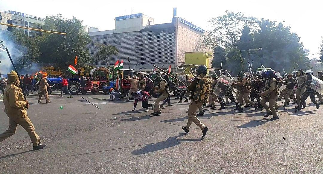 आईटीओ के पास एक प्रदर्शनकारी को मारती दिल्ली पुलिस