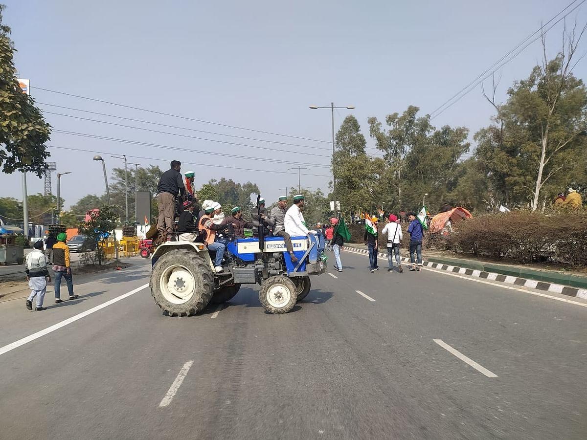 सराय काले खां से आईटीओ के रोड पर बीच सड़क पर ट्रैक्टर के साथ किसान