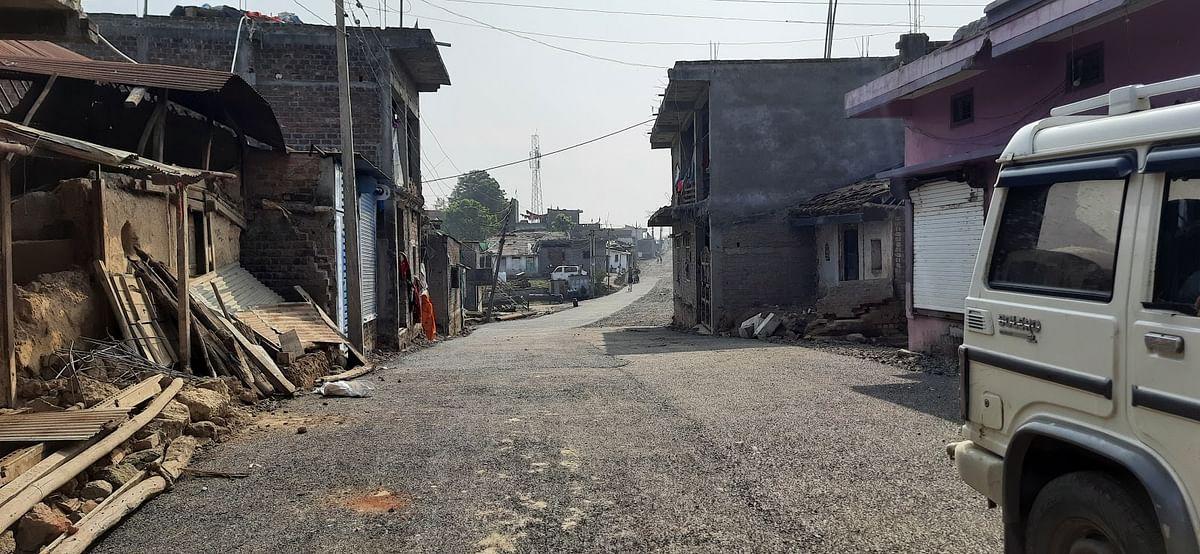 गांव की निर्माणाधीन सड़क