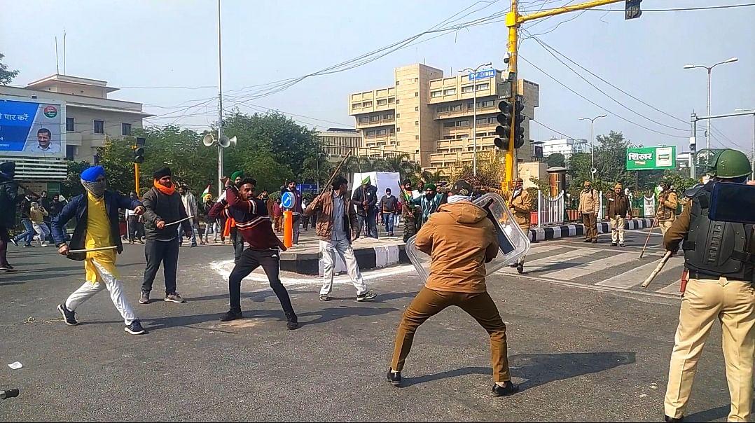 आईटीओ के पास पुलिस पर हमला करते प्रदर्शनकारी