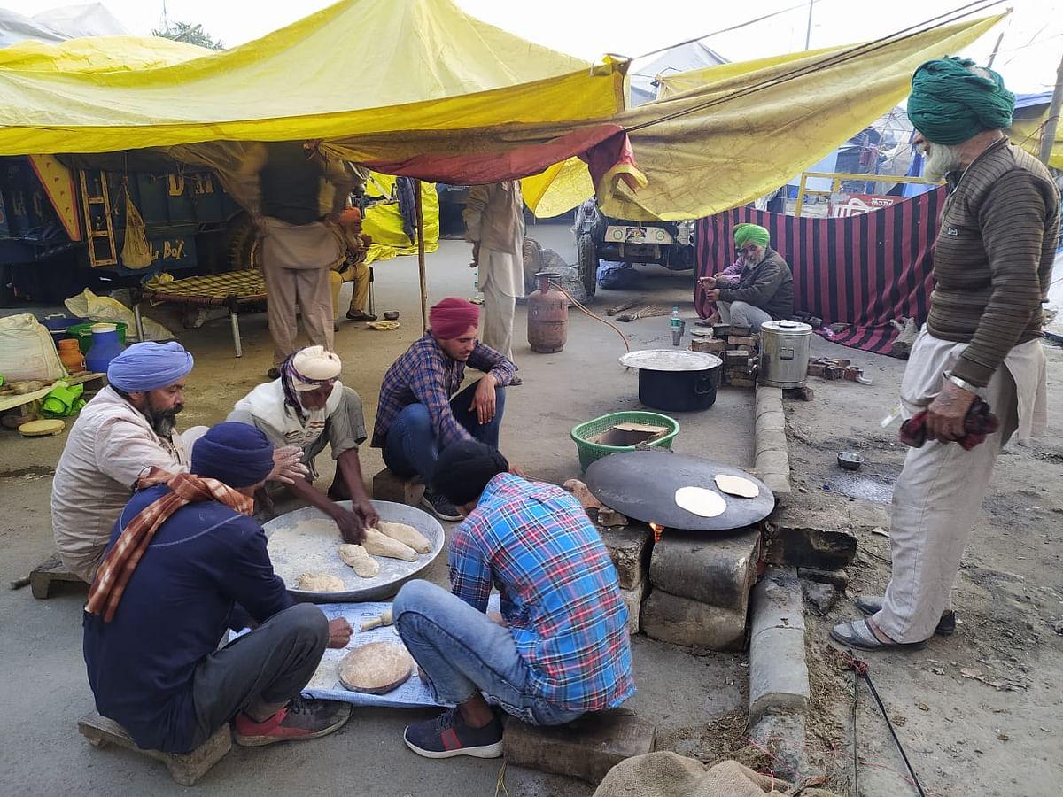 टिकरी बॉर्डर पर खाना बनाते किसान