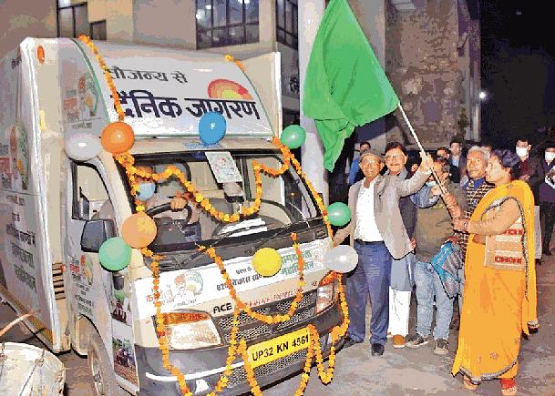 Jagran sent out four vans as part of Kisan Kalyan Mission. Photo courtesy Dainik Jagran