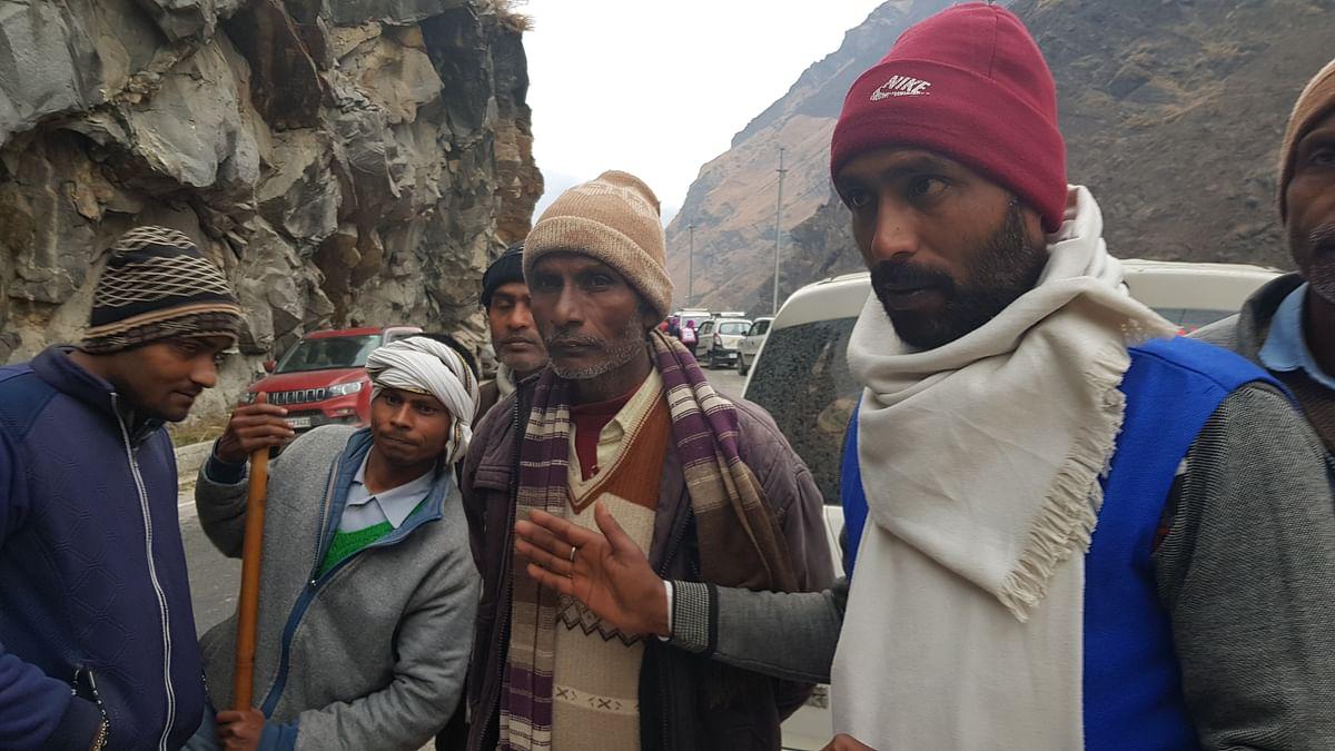 कुशीनगर से अपने बेटे को ढूंढने आये रामदौन (दायें से तीसरे)