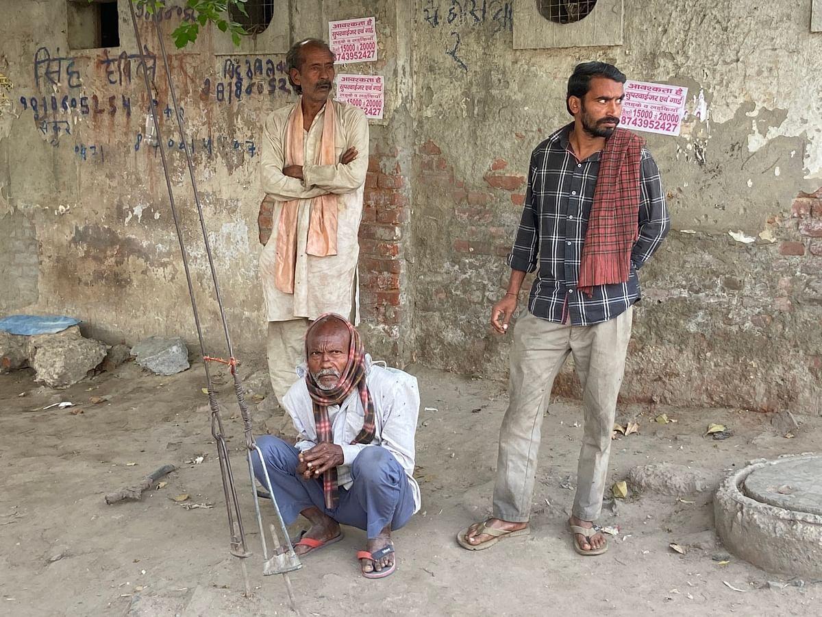 नोएडा और दिल्ली में कई लेबर चौक बने हुए हैं. जहां मज़दूर काम की तलाश में और काम देने वाले मज़दूरों के लिए पहुंचते हैं.