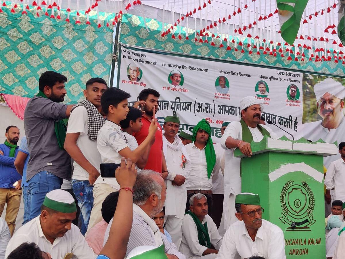 शहजादपुर में किसान महापंचायत को संबोधित करते नरेश टिकैत