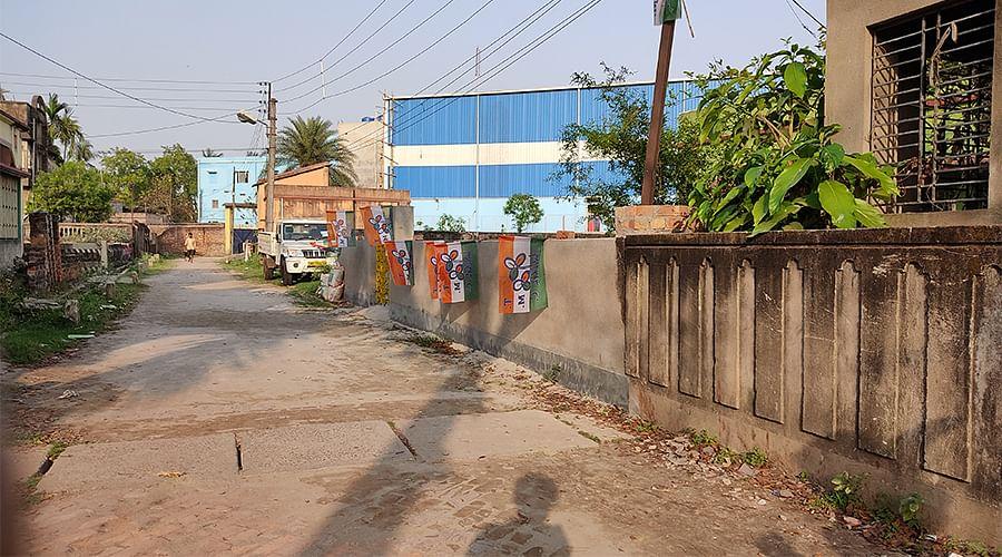 टीएमसी के झंडे लगा राजीव बनर्जी का नया कार्यालय
