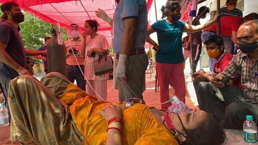 गाजियाबाद में एक गुरुद्वारे के पास ऑक्सीजन के लिए खड़े लोग.