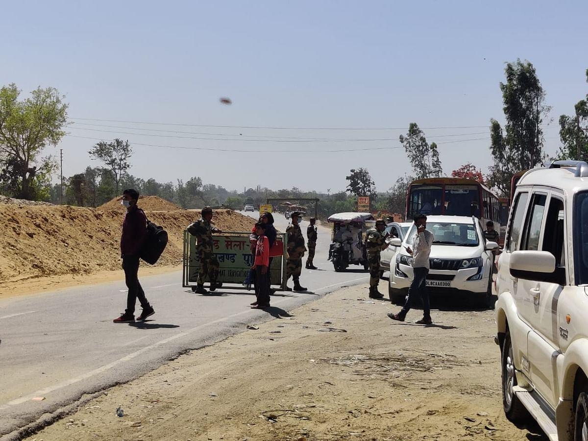 वाहनों को रोकने के लिए लगे सुरक्षाकर्मी