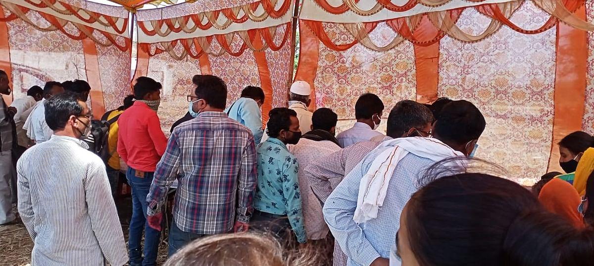 पर्ची बनवाने के लिए लगी भीड़