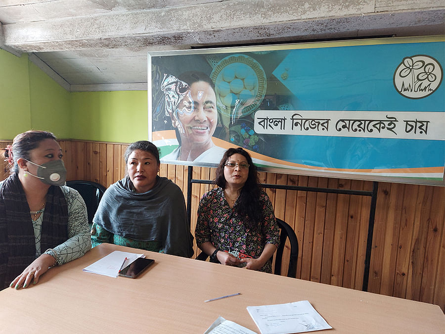 Ward councillors at the Mirik municipality office. Mamata's poster behind reads 'Bangla nijer meyekei chai', meaning 'Bengal wants her own daughter'.