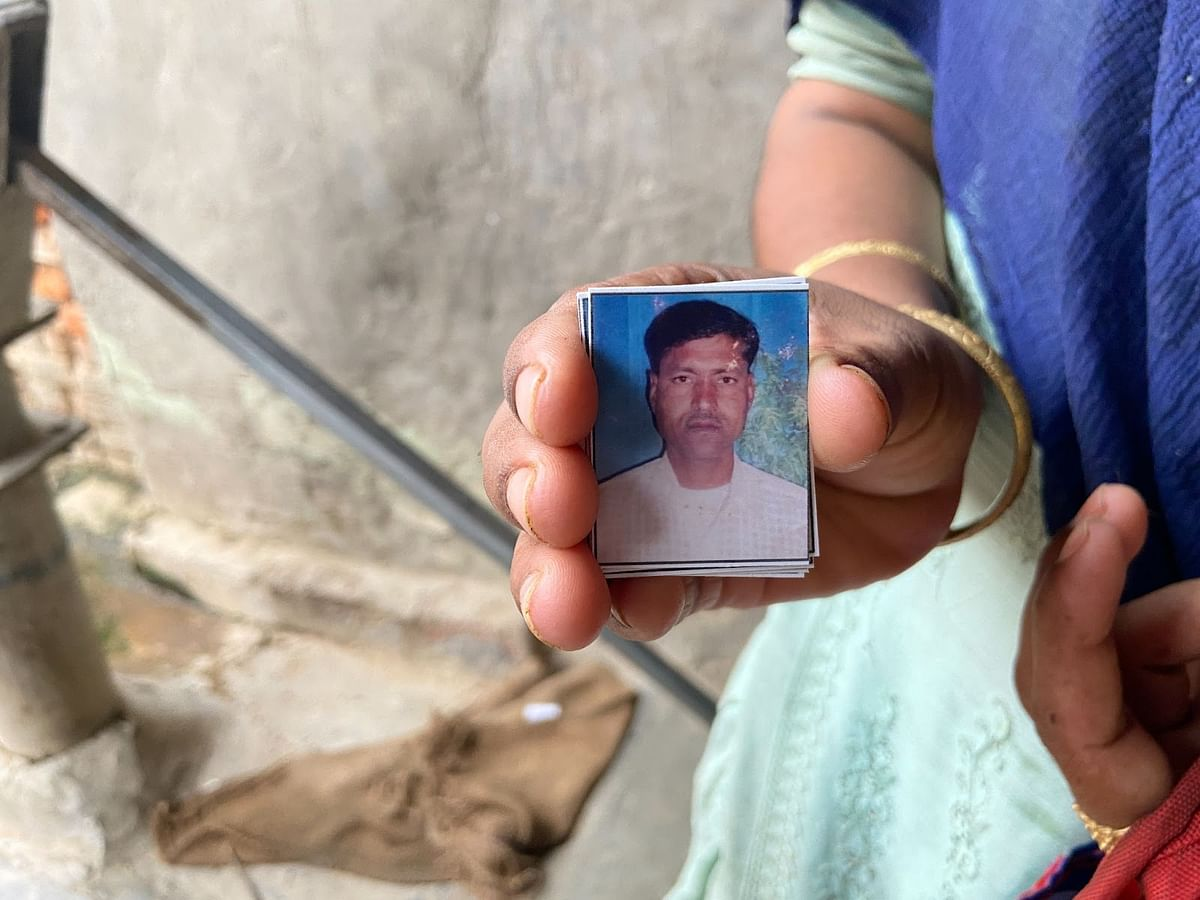 मृतक ताहिर की तस्वीर दिखातीं उनकी बेटी