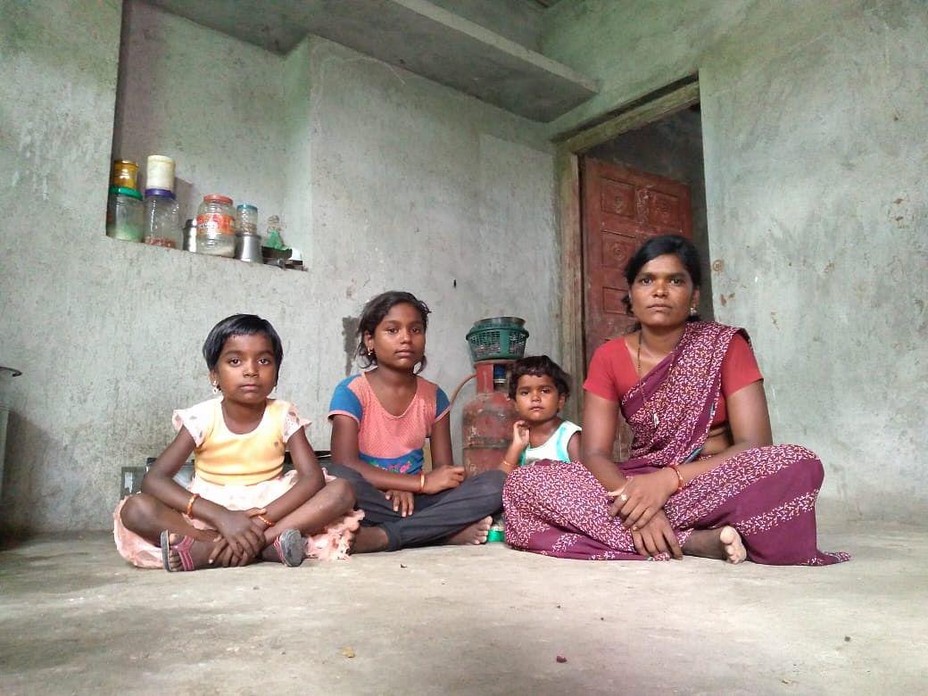 राजेवाड़ी गांव में सविता काले अपने बच्चों के साथ