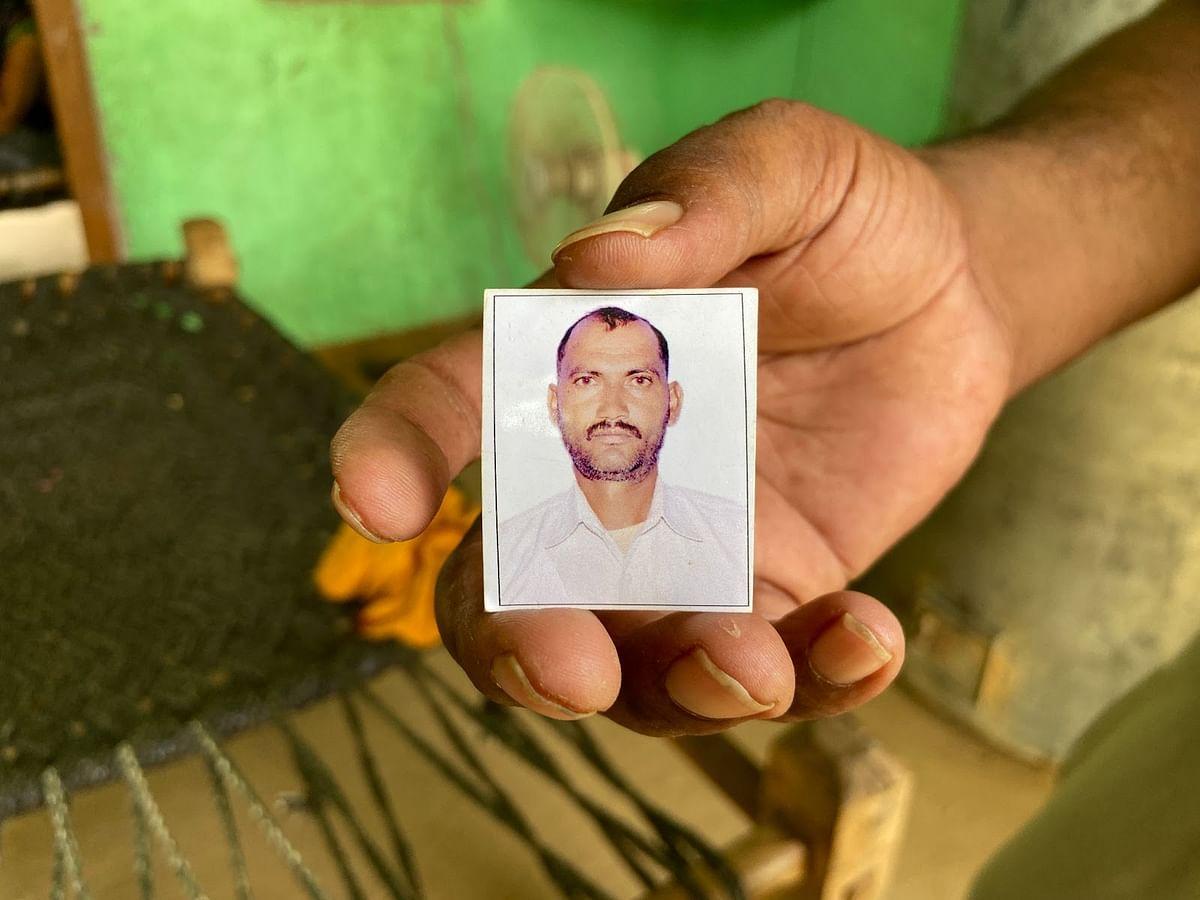 मृतक महेश सिंह की तस्वीर दिखाते उनके भाई रिंकू सिंह