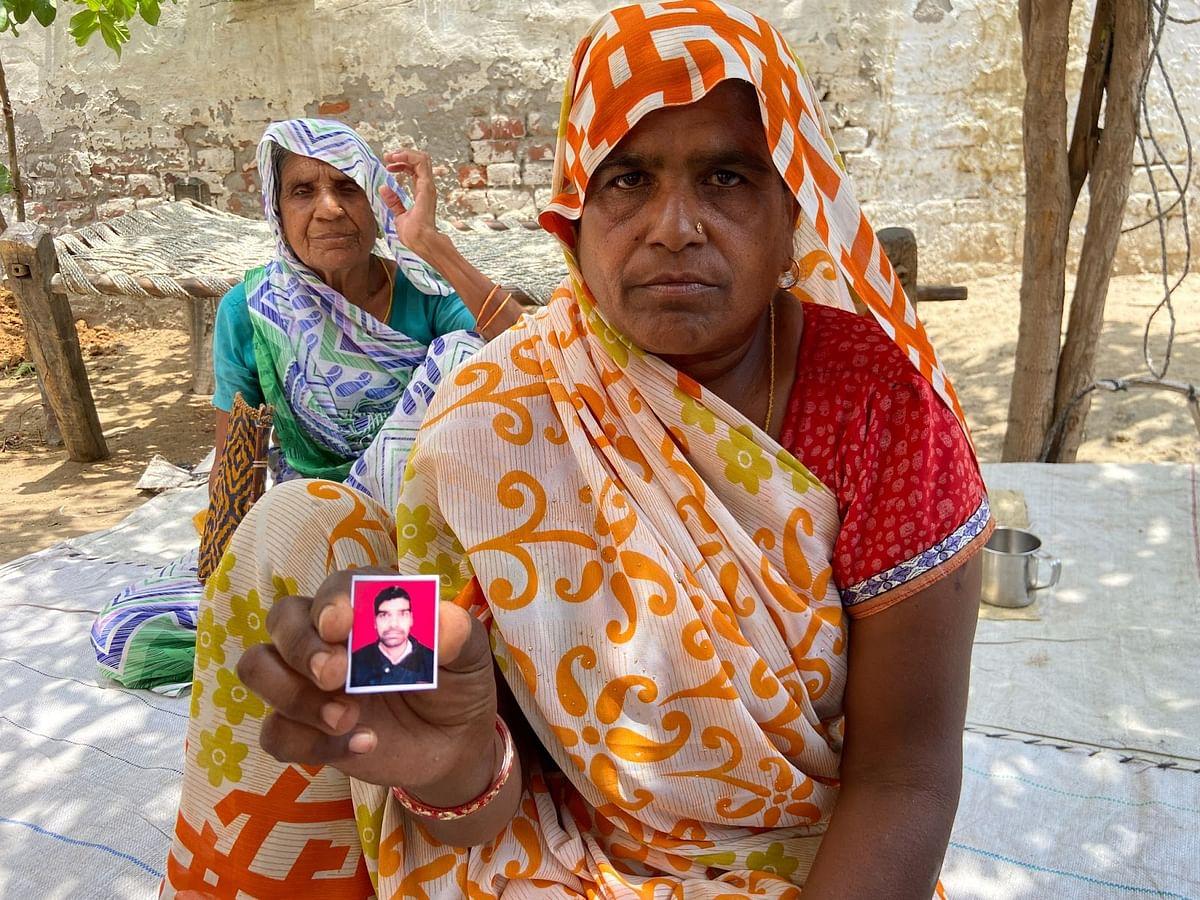 अपने मृत बेटे की तस्वीर दिखातीं सीमा देवी
