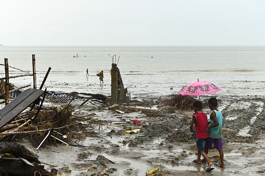 The sea has literally broken through the strong barrier of a concrete embankment and drawn level with the land, as seen here in Baliara. The rise in sea level threatens to drown the entire Gangetic delta in a few decades. In the last 20 years, four islands in the Sundarbans have permanently gone underwater.