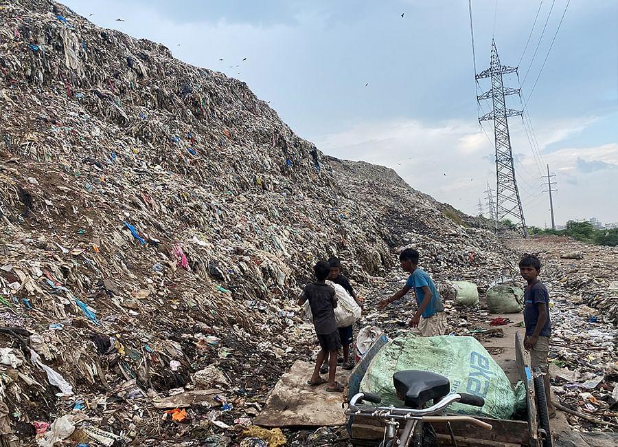 Ragpickers at the Ghazipur dumpsite. Photo: Diksha Munjal